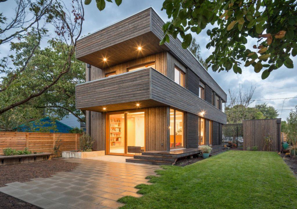 двухуровневая крыша деревянного дома