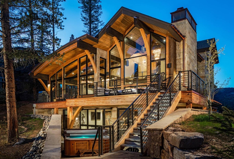 деревянный коттедж с комбинированным типом крыши
