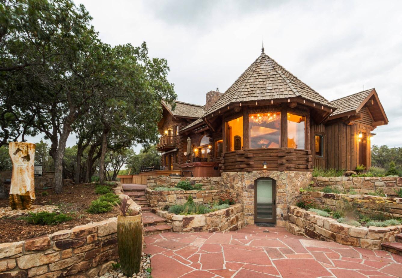 конусная крыша на доме из натурального камня и дерева