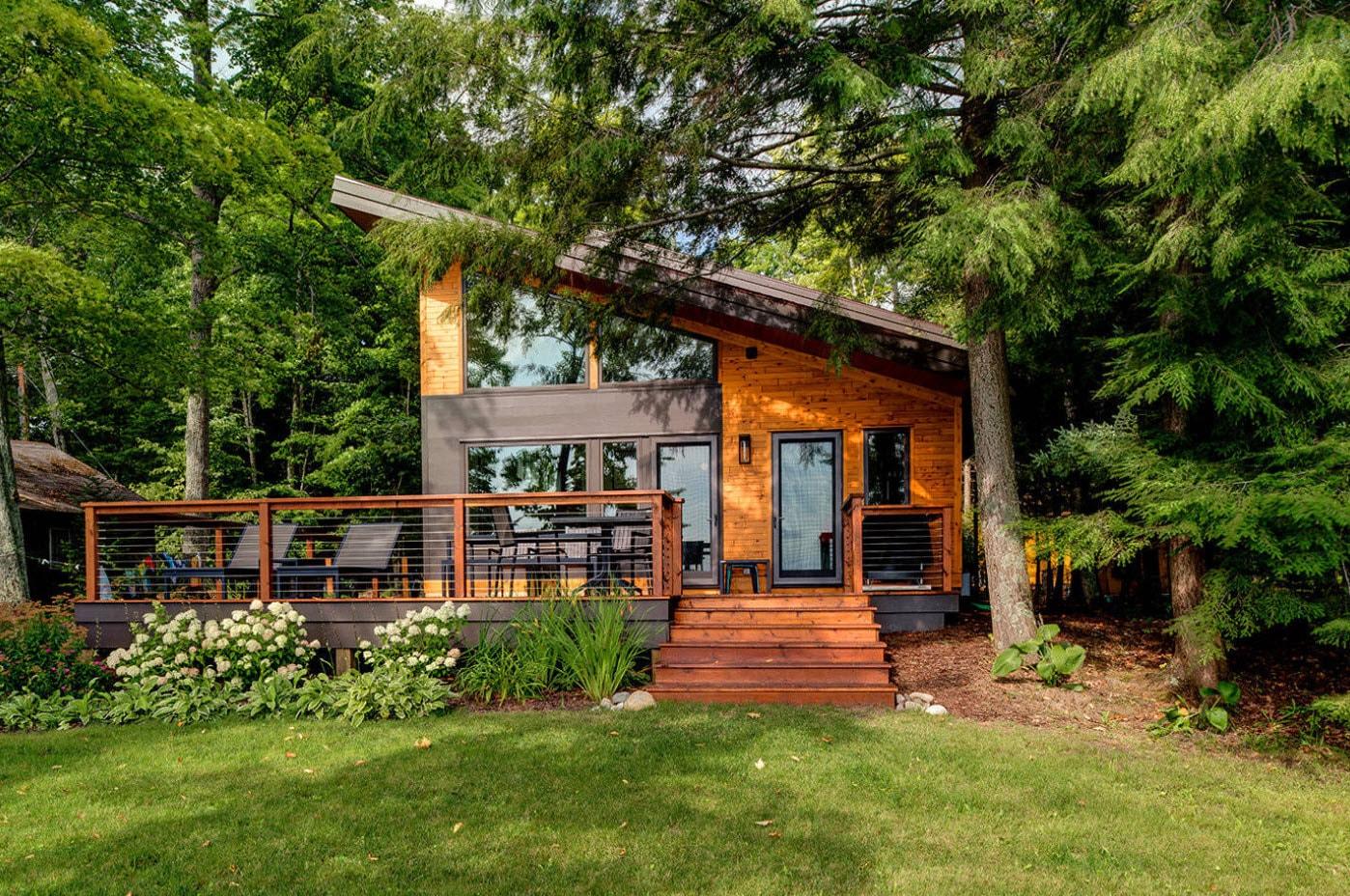 маленький домик в лесу с односкатной крышей
