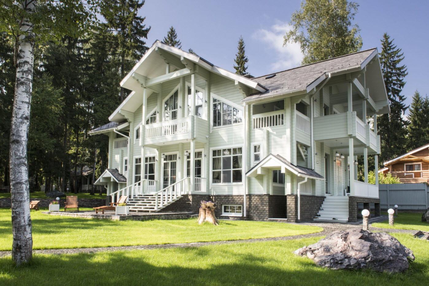 большой белый дом с многощипцовой крышей