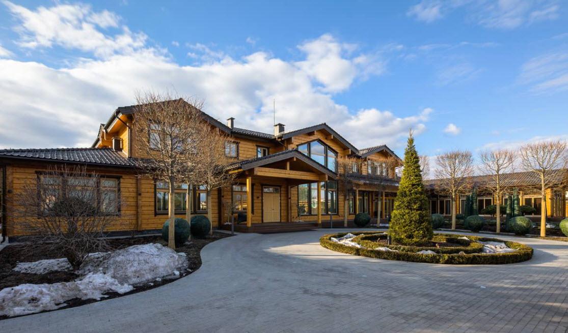 большой дом из дерева с крышей над крыльцом