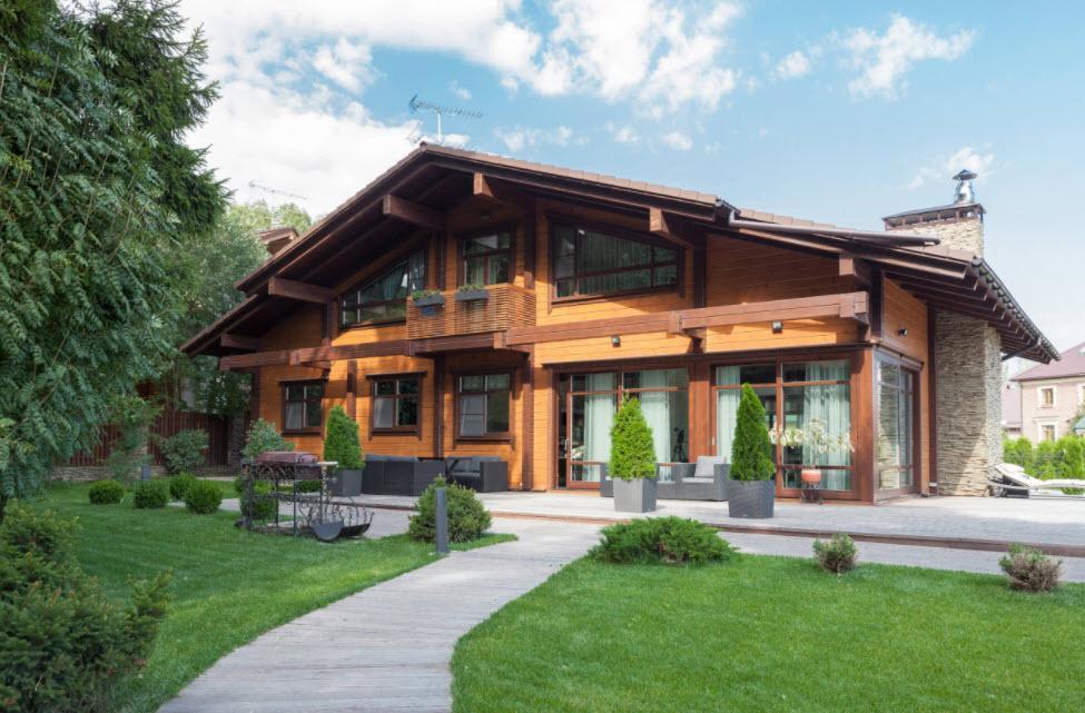 большой дом с двухскатной крышей