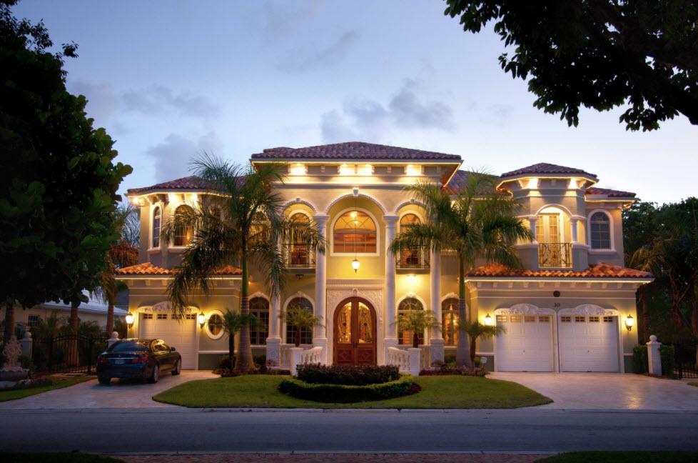 большой дом с колонами под металлочерепичной крышей