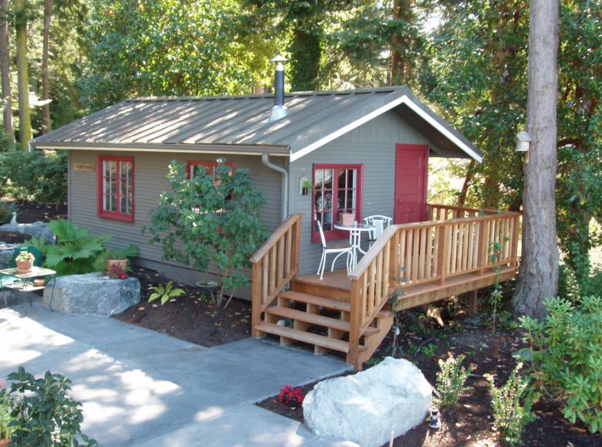 домик с деревянным крыльцом