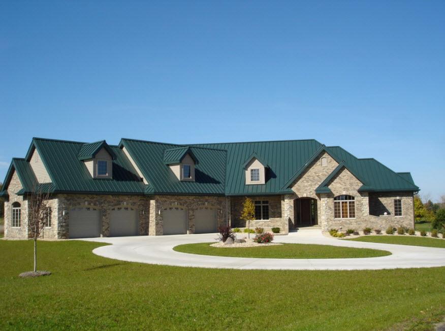 Фасад дома с зеленой крышей фото