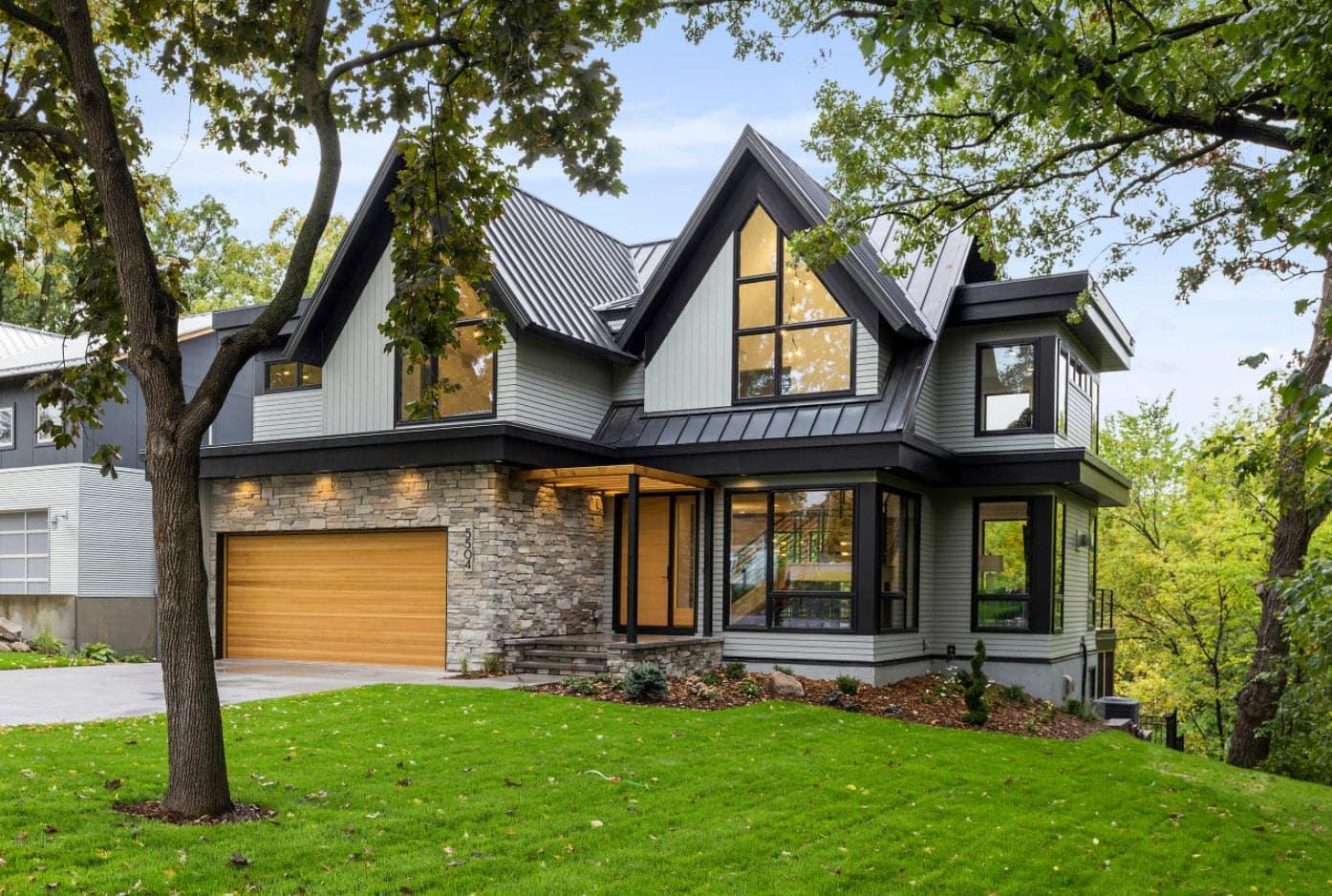 фото небольшой дом с красивой крышей как один