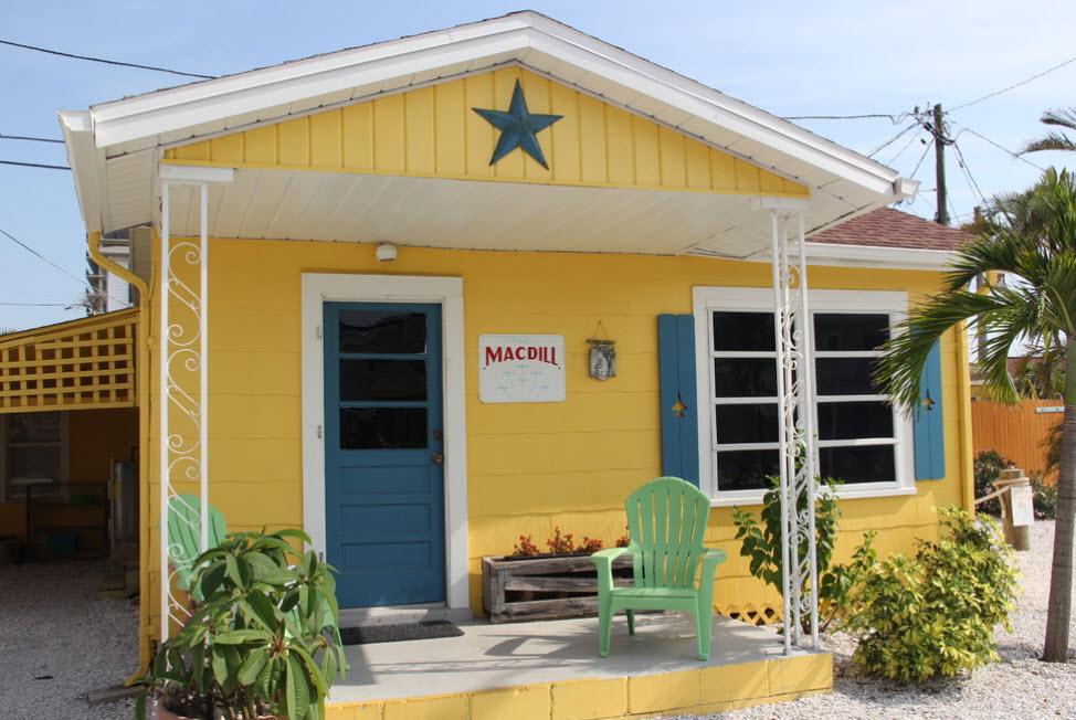 отделка дома желтыми панелями