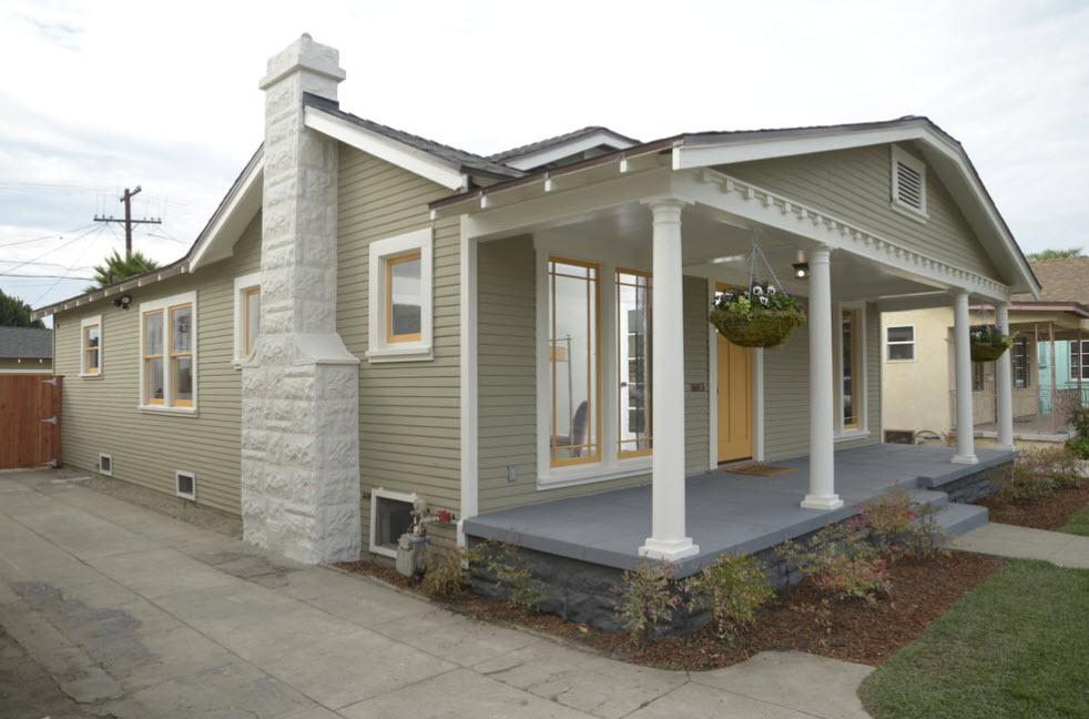 светлый дом с колонами