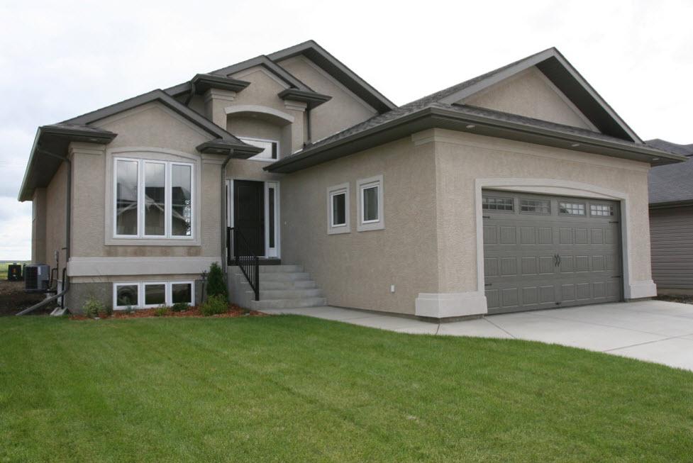 серый дом с гаражом