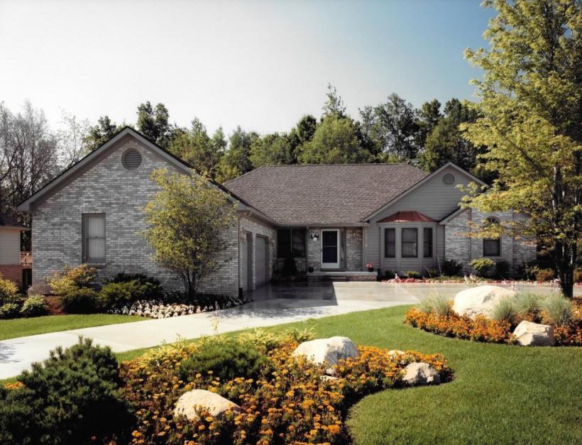 серый кирпичный дом