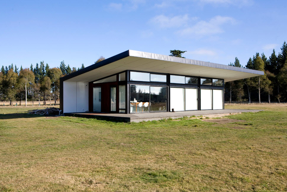 современный дом со стеклянными стенами