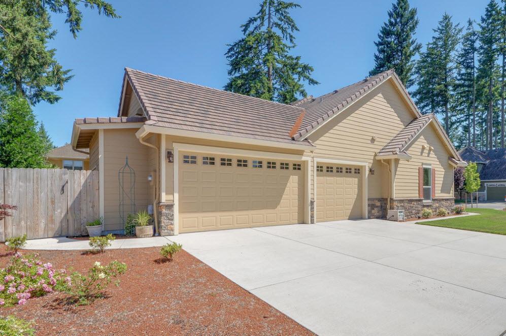 Фото дома с гаражом перед домом
