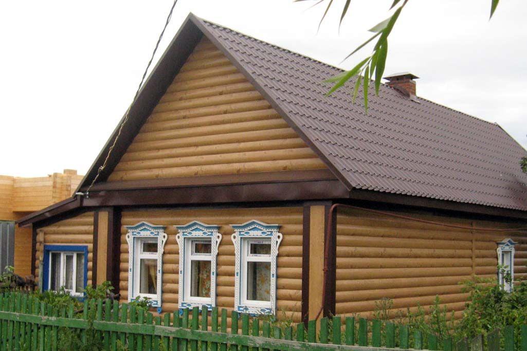 дом с двухскатной крышей и сайдингом под бревно