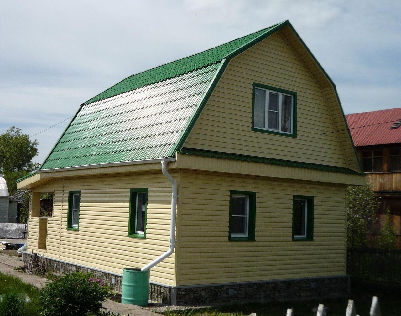 фасад дома с зеленой крышей фото оформление витринных стекол