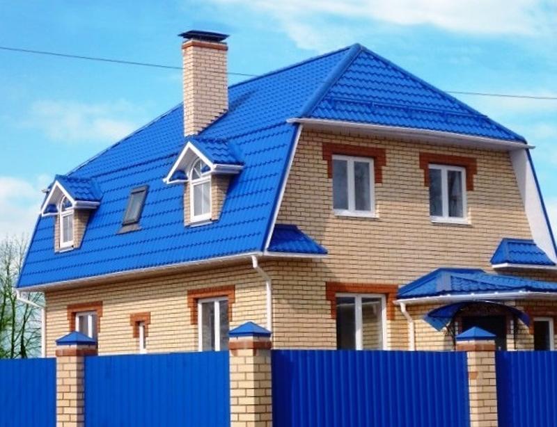 фото фасад дома с синей крышей из-за неправильного