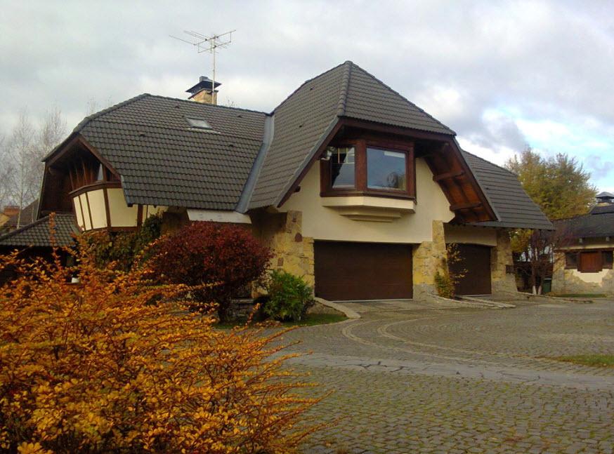 бежевый дом с коричневой эркерной крышей