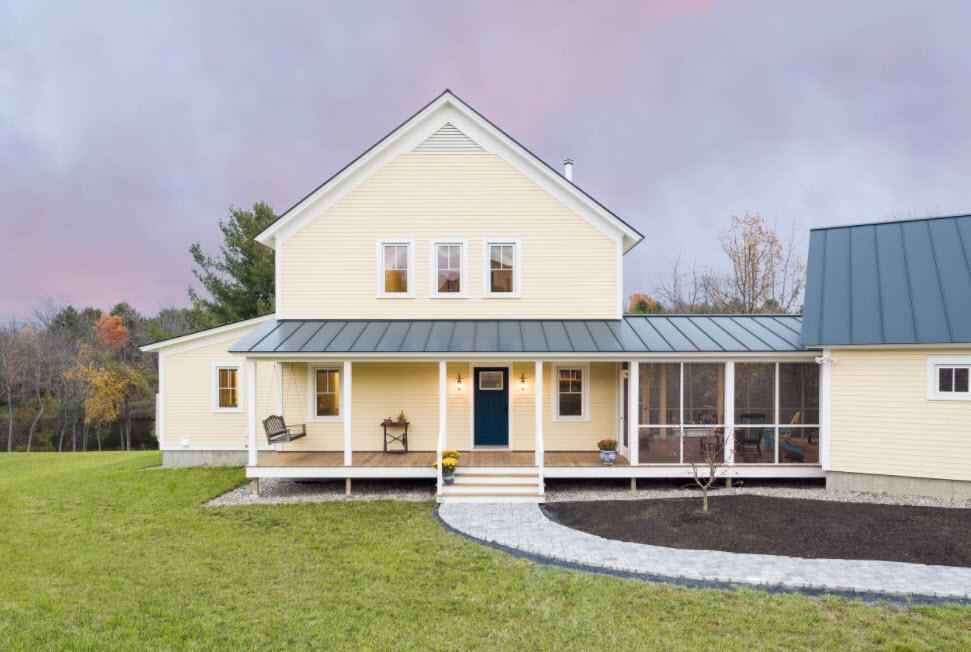 бежевый дом с пристроенной баней и террасой