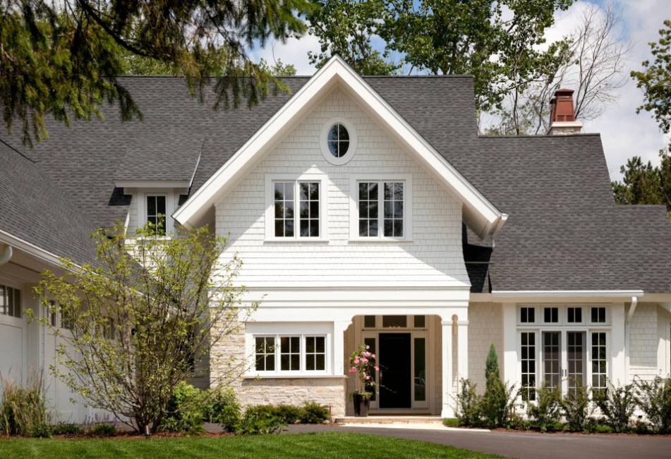 белый дом с темно-серой крышей