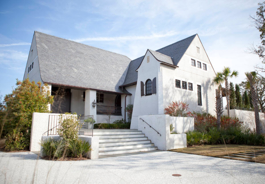 большой белый дом под серой крышей