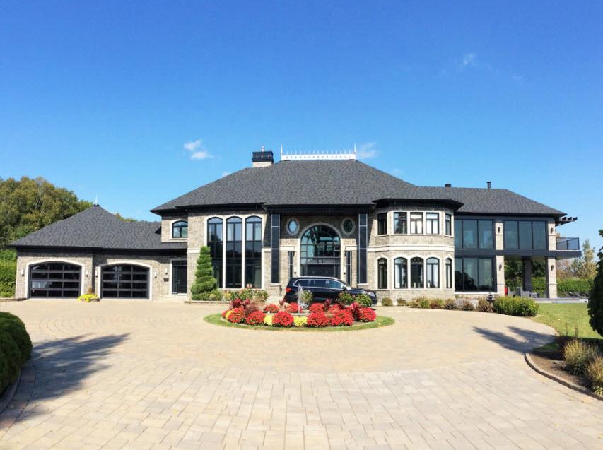 большой дом с гаражом и террасой