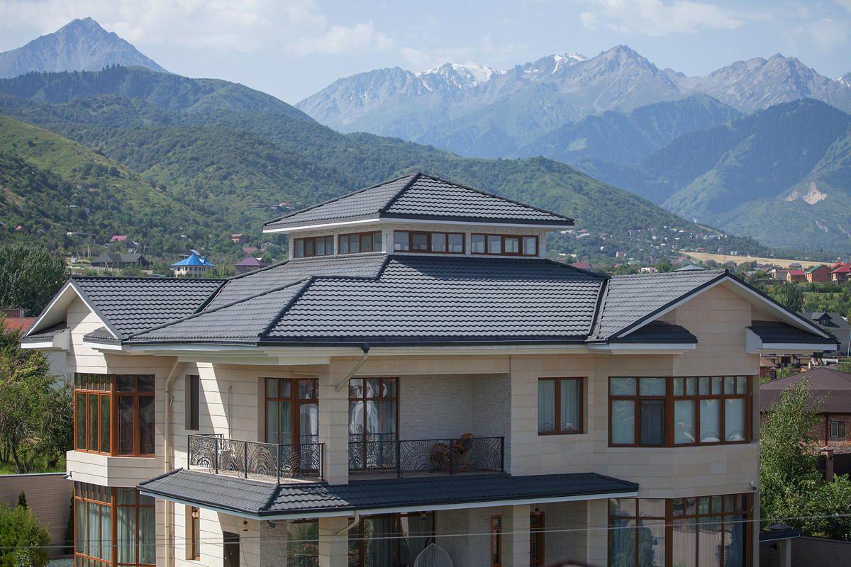 большой дом с крышей из серой металлочерепицы