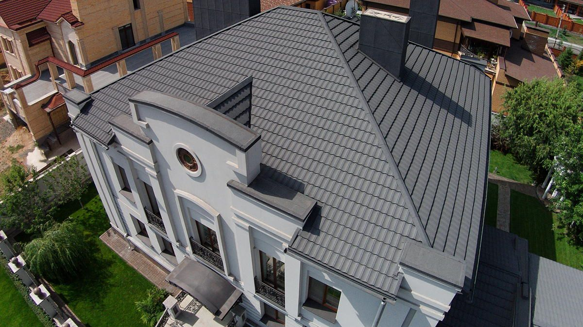 большой дом с серой крышей из металлочерепицы
