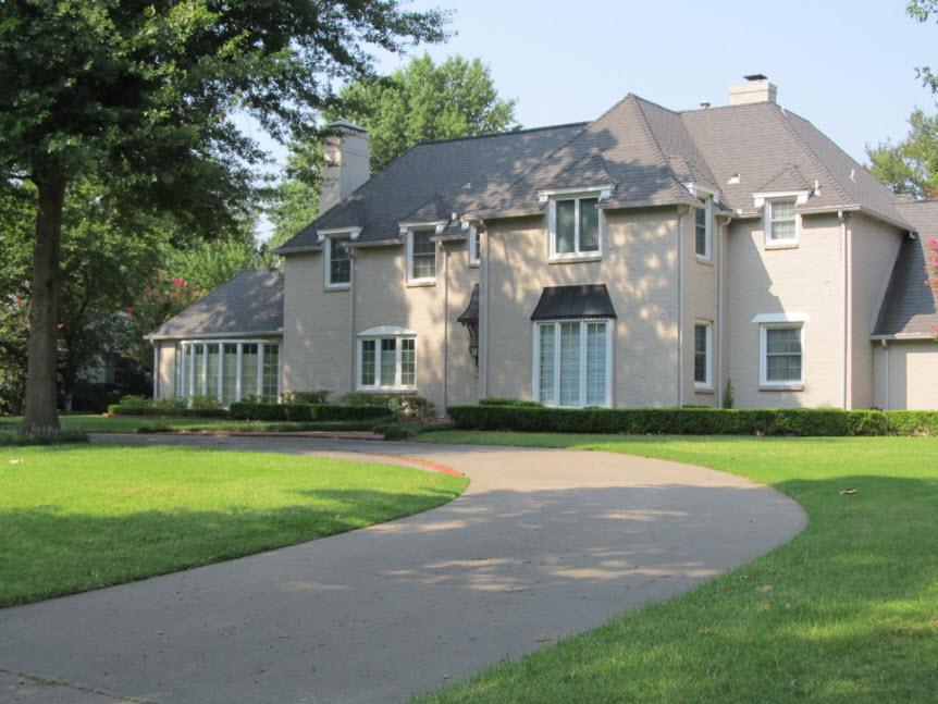 двухэтажный дом в серых тонах