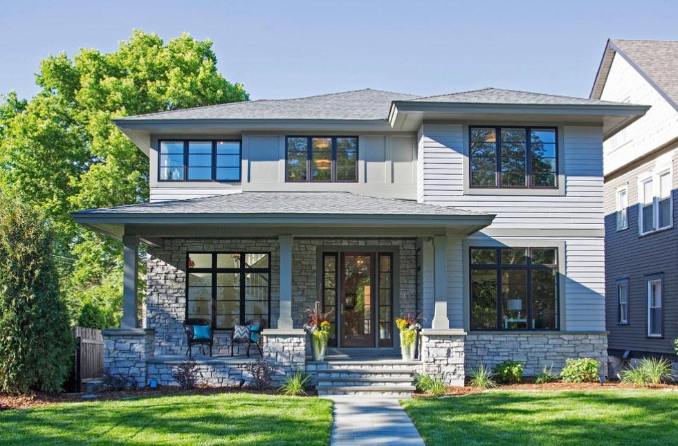 двухэтажный серый дом с четырехскатной крышей