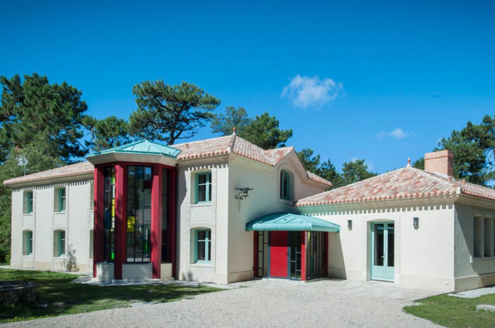 дом белого цвета с эркером