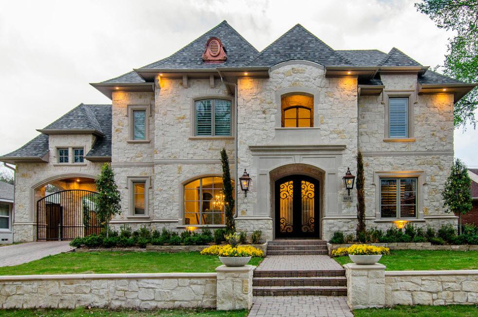 дом из камня с вальмовой крышей