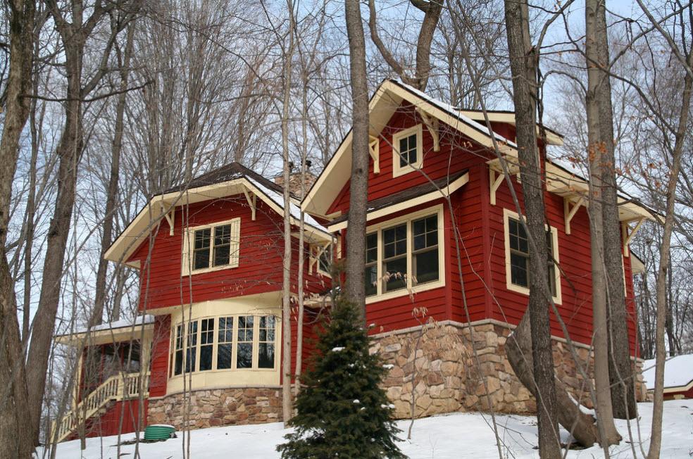 дом красного цвета с эркерной крышей