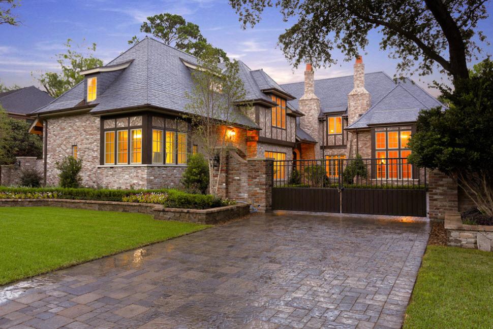 дом с вальмовой крышей и мансардным помещением