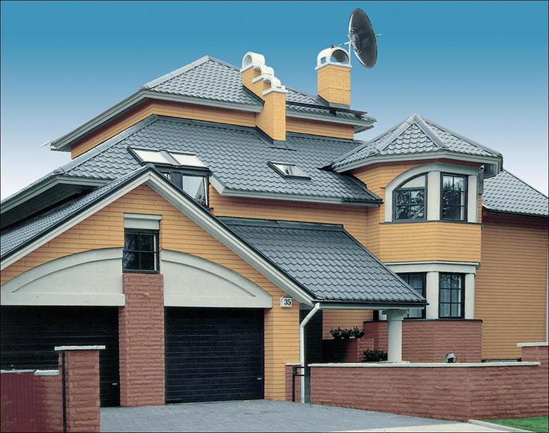 дом с серой крышей из металлочерепицы