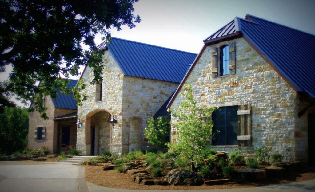 фото фасад дома с синей крышей задние подкрылки перекрывают