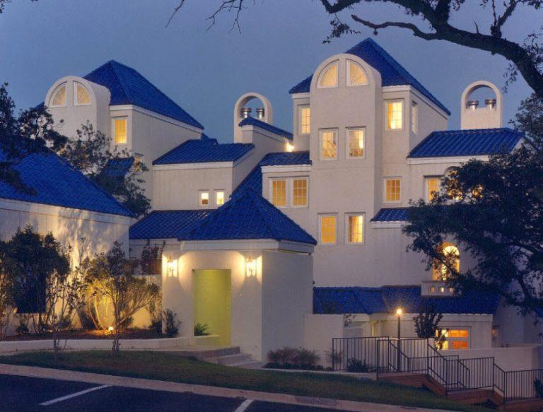 фото фасад дома с синей крышей