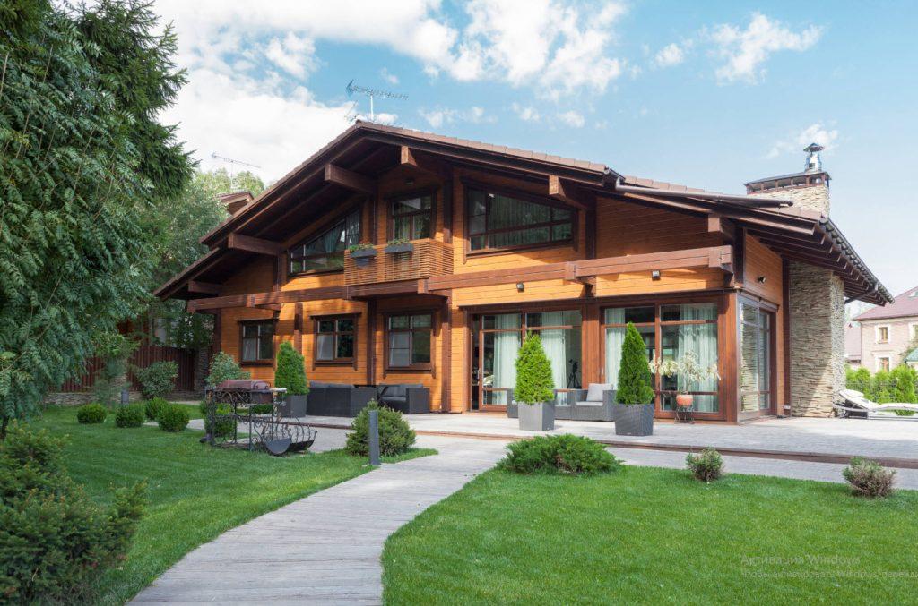 Фото красивого загородного дома используют