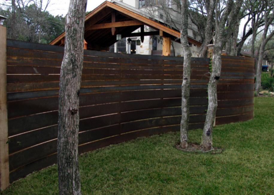 забор с изогнутым участком фото как меня крыша
