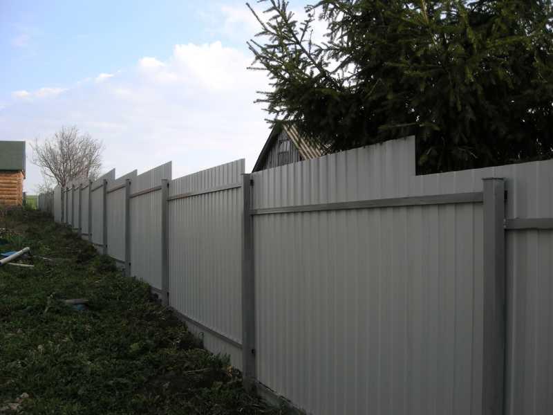 забор из профнастила на неровном участке фото кухне
