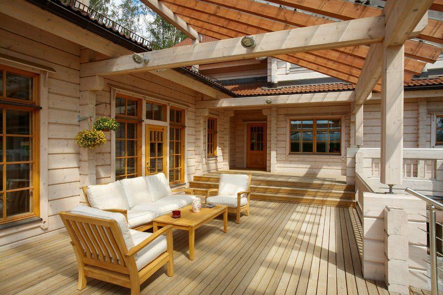 Красивая веранда к деревянному дому фото