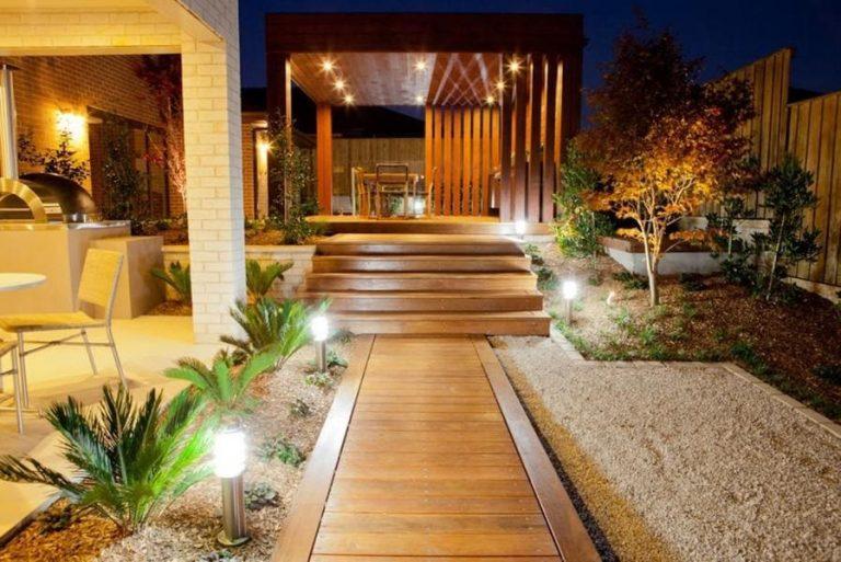 Освещение двора частного дома фото