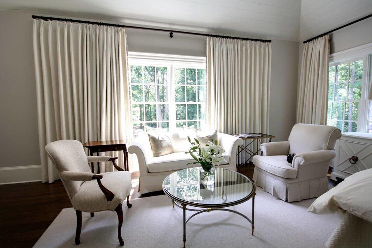 Дизайн комнаты с тремя окнами фото представляет