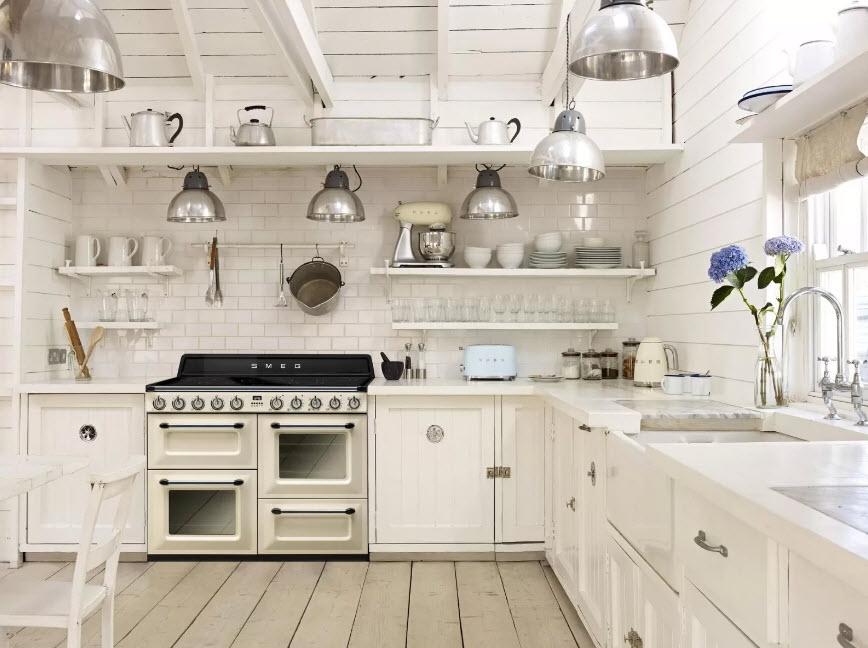 Светлая кухня в загородном доме