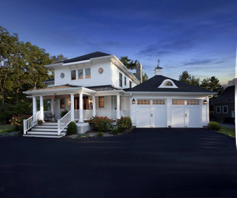 вечернее фото дома с гаражом