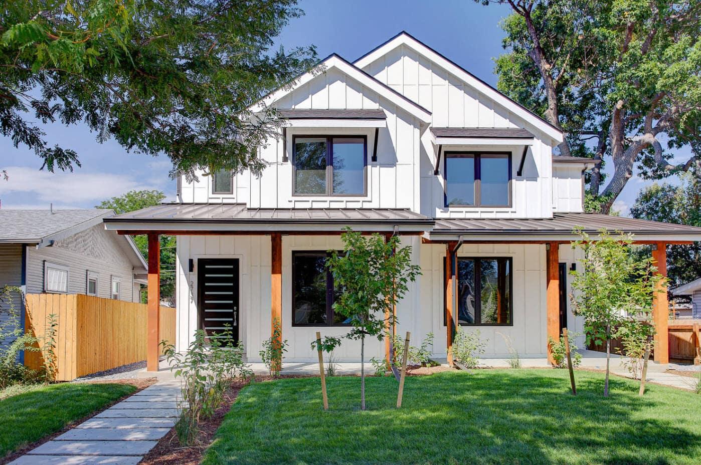 двухскатная крыша красивого дома