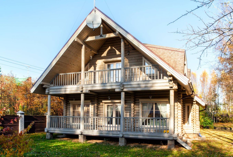 двухскатная крыша на доме из бревен