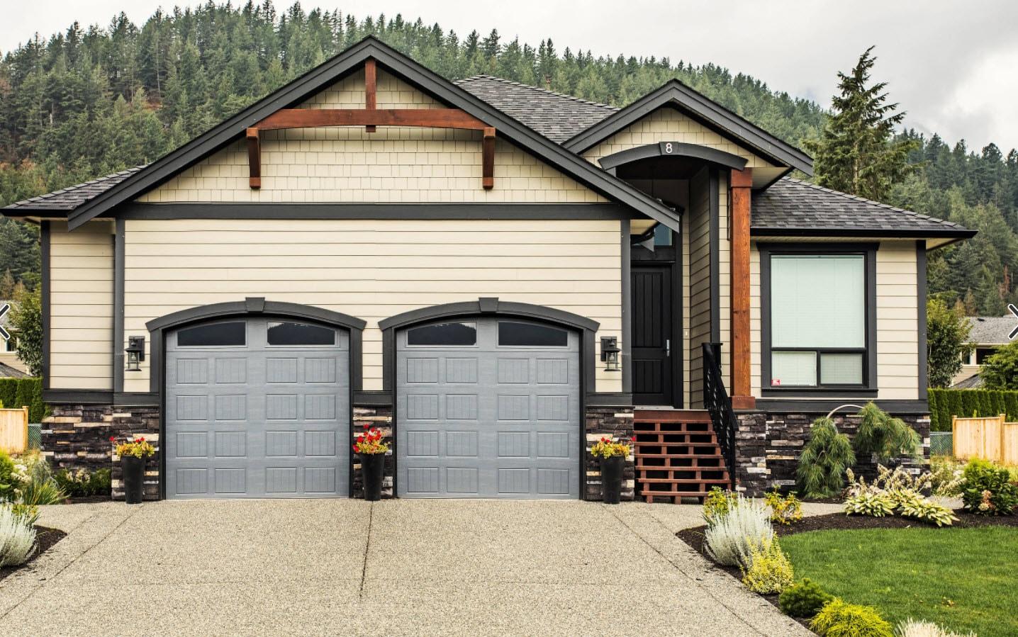 двухскатная крыша на доме с гаражом