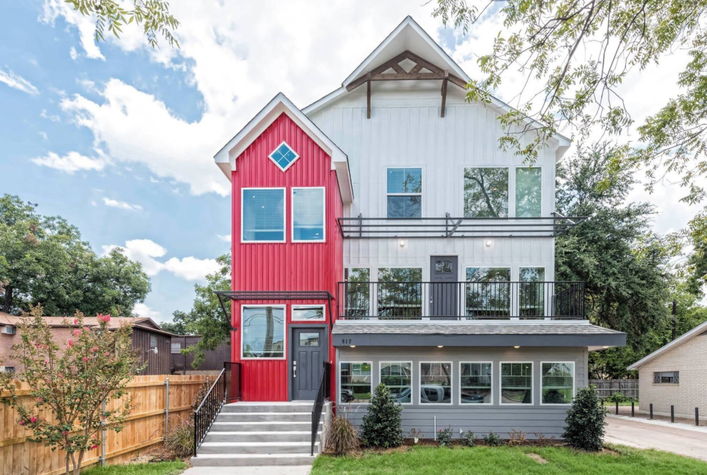 двухцветный дом с двухскатной крышей