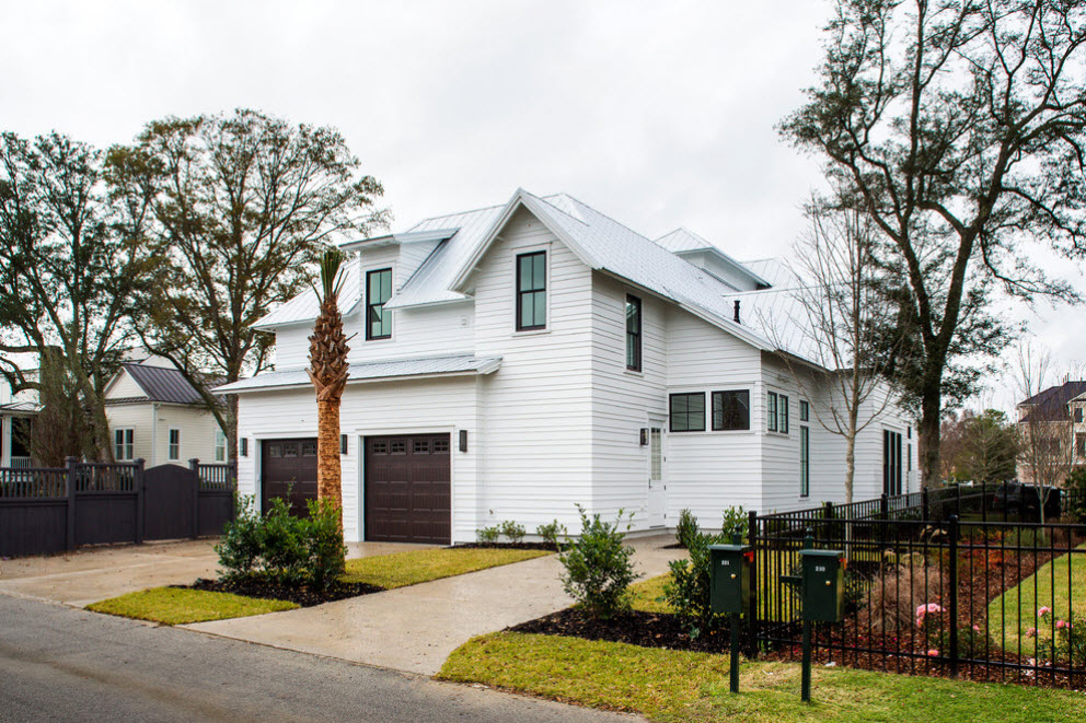 двухэтажный белый дом с гаражом