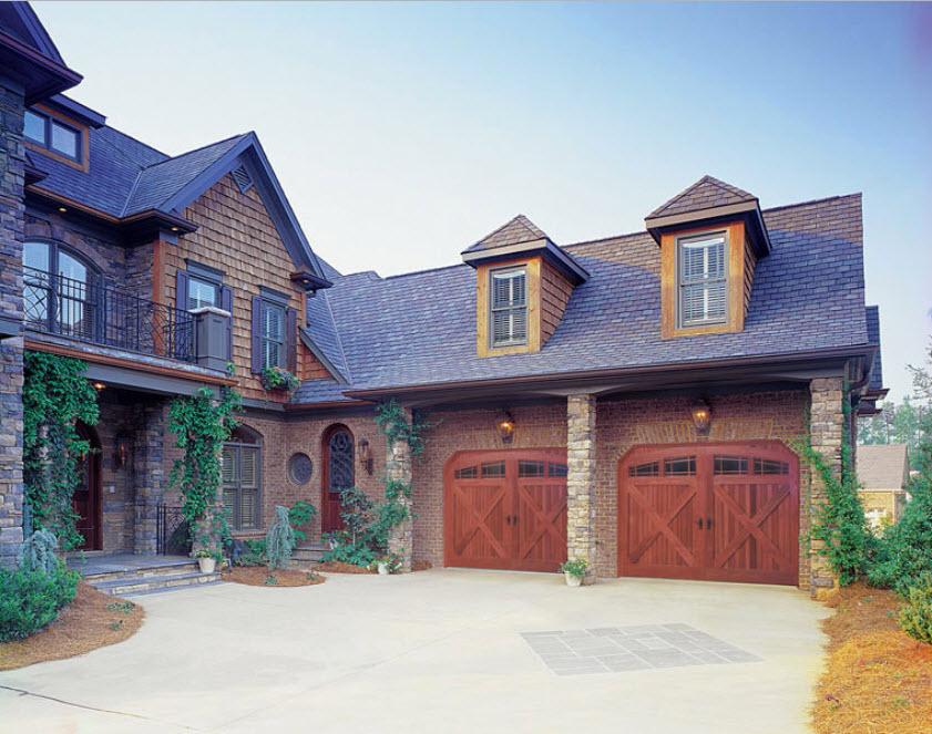 двухэтажный дом с двумя гаражами